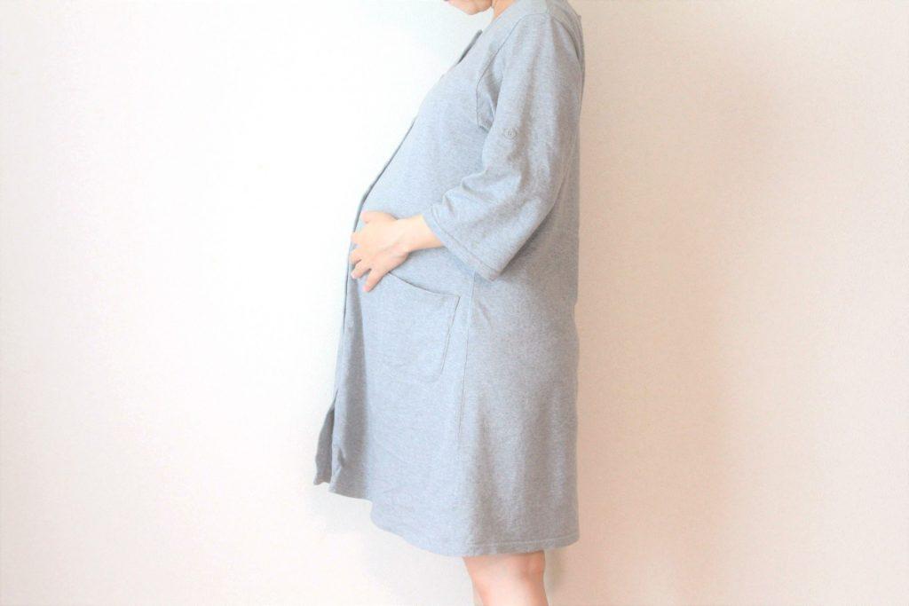 マタニティウェアを着た妊婦さん