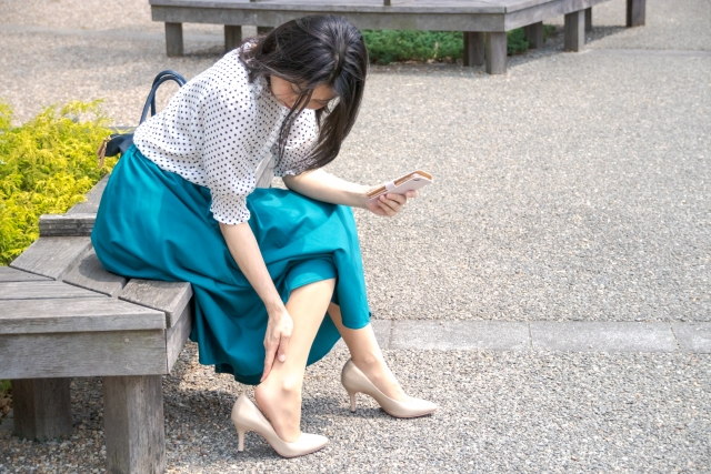 足を気にしている女性